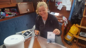 Iris ordner praktiske ting om læ mens vi sejler