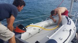 Martin og Jakob puster gummibåden op