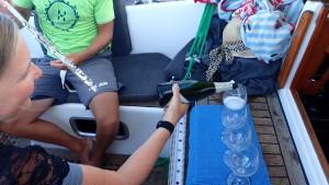 Der hældes champagne op i vores fine plastik-vinglas