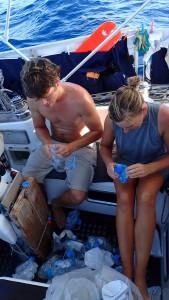 Martin og Mai komprimerer vandflasker