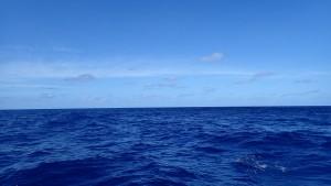 Det smukke blå hav med flotte skyer
