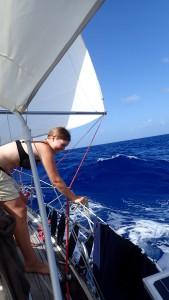 Terese henter vand i spand på siden af båden