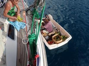 Bente køber bananer af lokal i lille båd