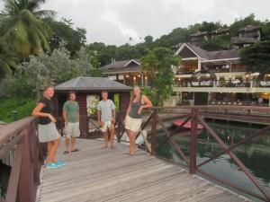 Mai, Martin, Jakob og Terese på en bro, som er indgang til en af de flotte resorts