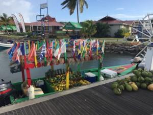 Frugtbåd med masser af flag