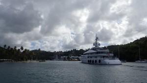 Kæmpe motorbåd - må vi andre også være her??