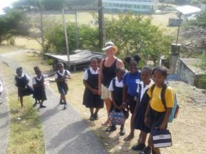 Terese sammen med skolebørn
