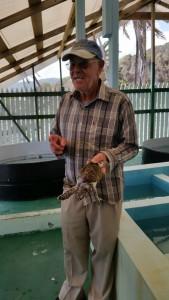 Mr. King med en lille skildpadde