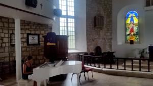 Terese afprøver flyglet i kirken i Parham