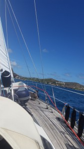 Aura sejler bidevind (=op mod vinden) ind i English Harbour
