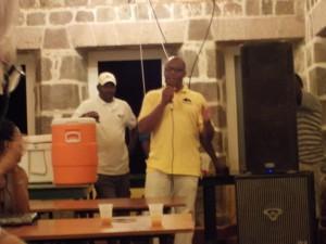 Fra venstre: en orange dunk med rumpunch, Alexis (vores boat-boy) og så Dominicas kulturminister