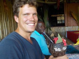 Martin får en lokal frugtjuice i en kop lavet af en kokosnød!