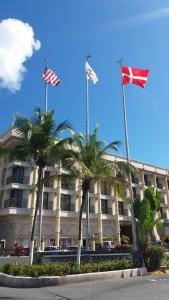 Det danske flag svajer ved regeringsbygningen