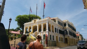 Regeringsbygningen i Christianssted har både det amerikanske og danske flag