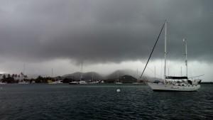 Det regner rigtig meget, store skyer hænger over os