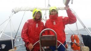 Jakob og Christian sejler i regnvejr - bemærk hvor våd Martins jakke er (til venstre) sammenligned med Christians