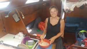 Terese bager boller - bemærk skridsikker underlag under skålen.