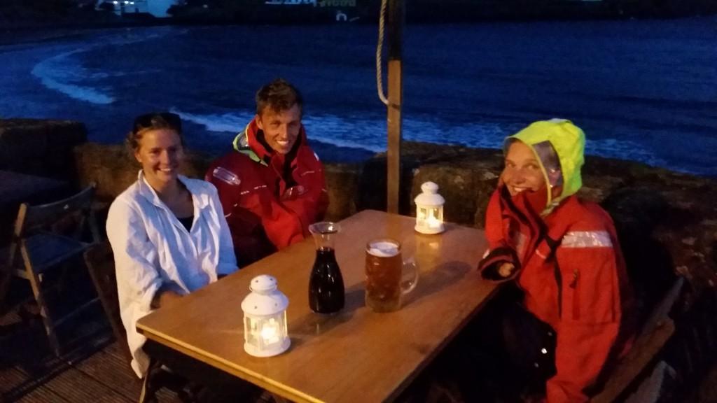 Det sidste måltid med gasterne. En liter øl til Martin (glasset til højre) og en liter vin til os andre (til højre)