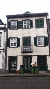 "Typisk portugisisk hus med ""fliser"" uden på muren"