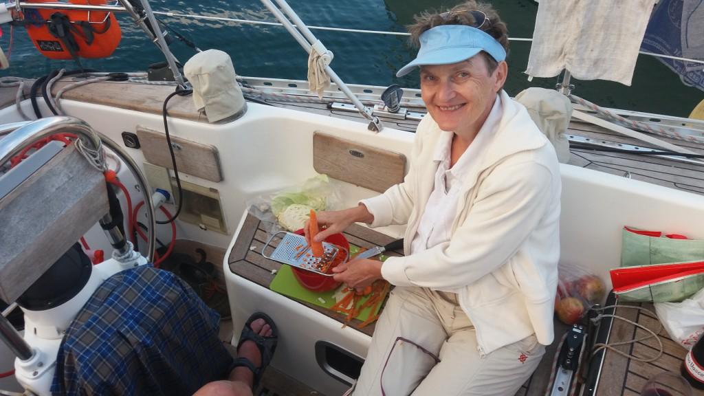 Mor Elise laver salat i cockpittet