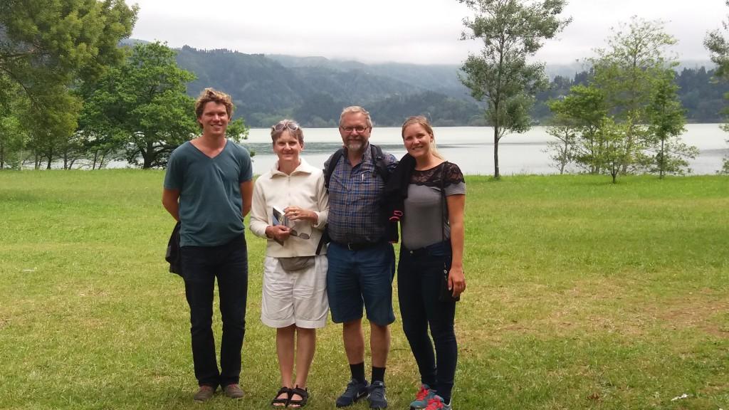 Martin, Elise, Lars og Terese foran Furnas-søen