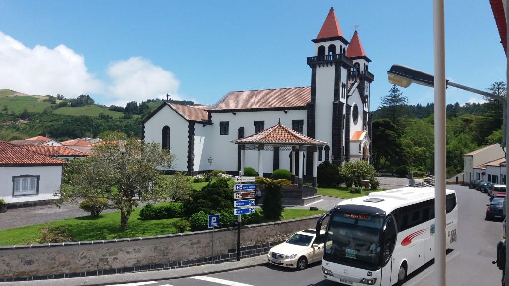 Kirken i Furnas. Foran ses en pavillon, hvor de lokale spiller musik sammen. Sådan en findes i enhver lille by på Sao Miguel