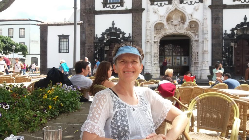 Mor Elise foran domkirken i Ponta Delgada