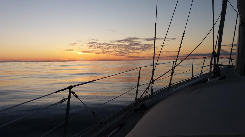 Det smukke ocean i solnedgang