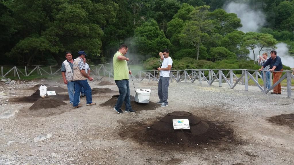 Vulkanmad - gryderne bliver taget op af jorden