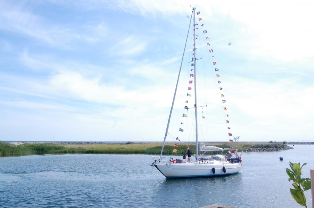Aura sejler ind med signal- og gæsteflag