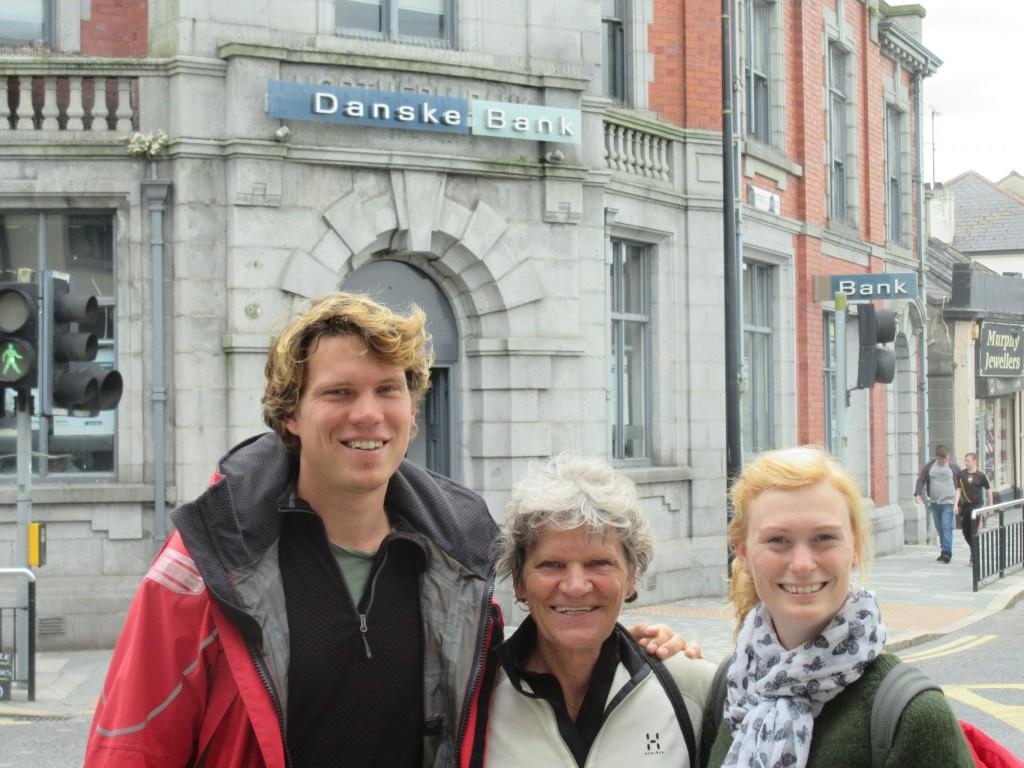 Martin, Bente og Karina - foran Danske Bank i Nordirland!