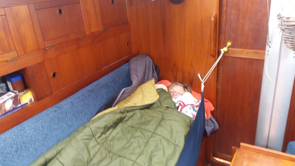 Terese i slingregrejet for sidste gang - godt pakket ind i sovepose og dyner