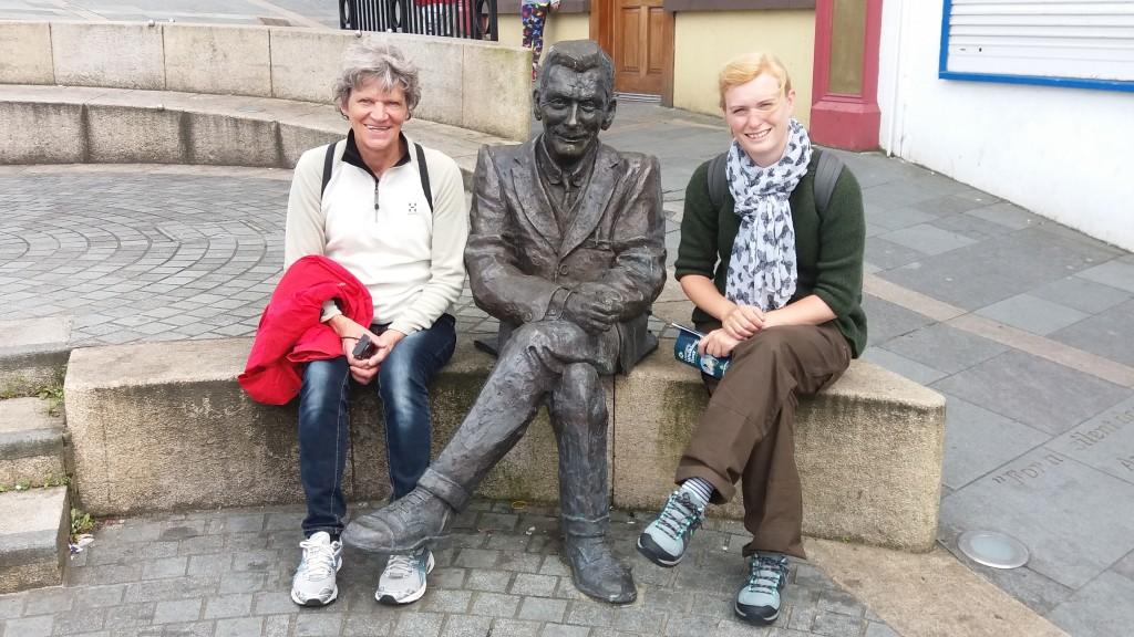 Bente og Karina ved skulptur i Downpatrick